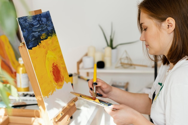 Młoda Kobieta Maluje Akryle W Domu Darmowe Zdjęcia