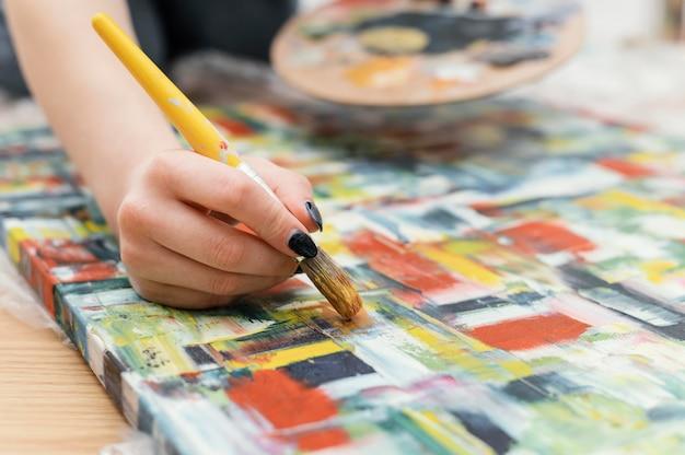 Młoda Kobieta Maluje Akrylem Darmowe Zdjęcia
