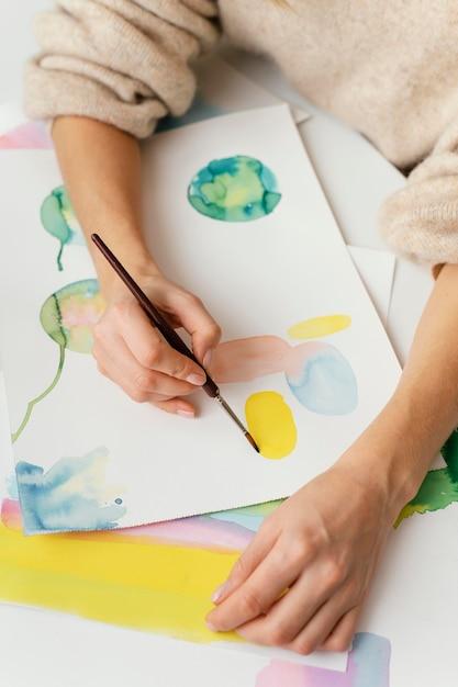 Młoda Kobieta Maluje Akwarelami Premium Zdjęcia