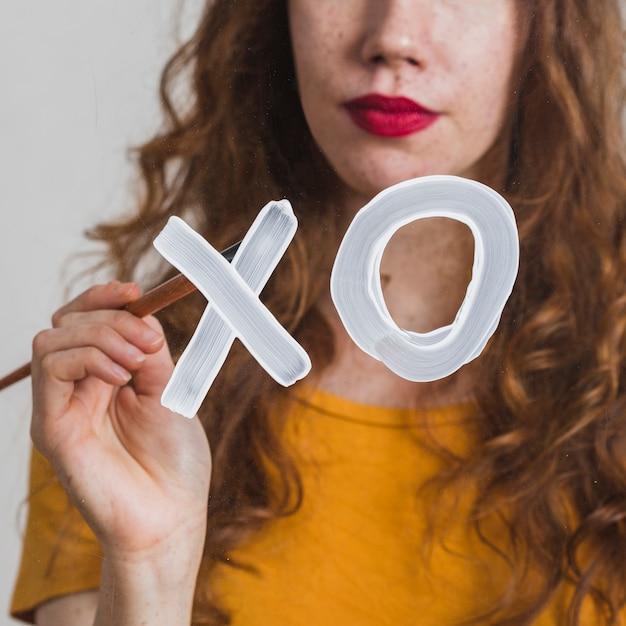 Młoda kobieta maluje znak xo Darmowe Zdjęcia
