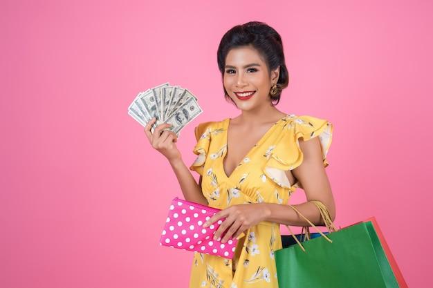 Młoda kobieta moda ręka trzyma portfel i torby na zakupy Darmowe Zdjęcia