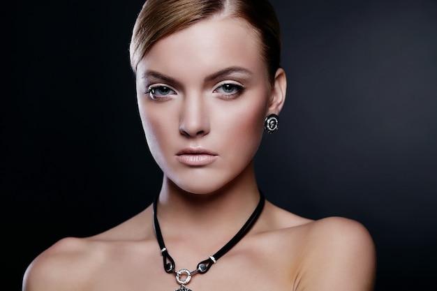 Młoda Kobieta Model Pozuje Z Akcesoriami Darmowe Zdjęcia