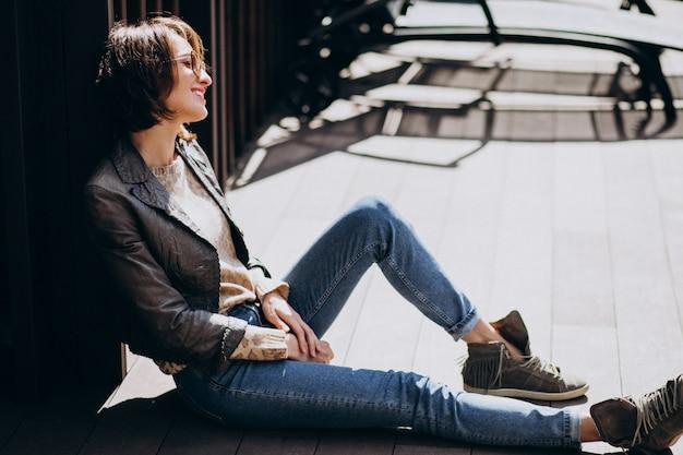 Młoda Kobieta Model W Kurtce Pozuje Outside Darmowe Zdjęcia