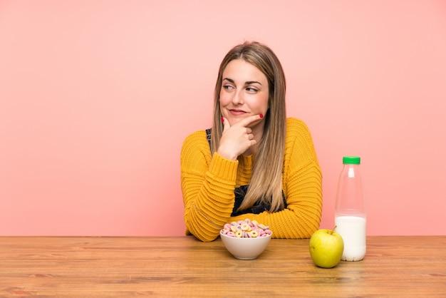 Młoda Kobieta Myśleć Pomysł Z Pucharem Zboża Premium Zdjęcia
