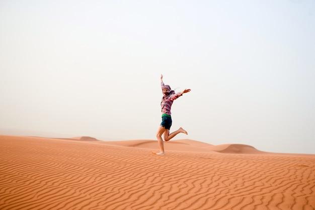 Młoda Kobieta Na Pustyni Darmowe Zdjęcia