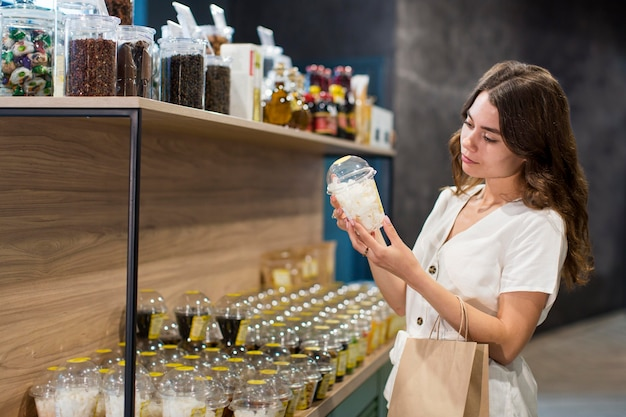 Młoda Kobieta Na Zakupy Produktów Bio Darmowe Zdjęcia