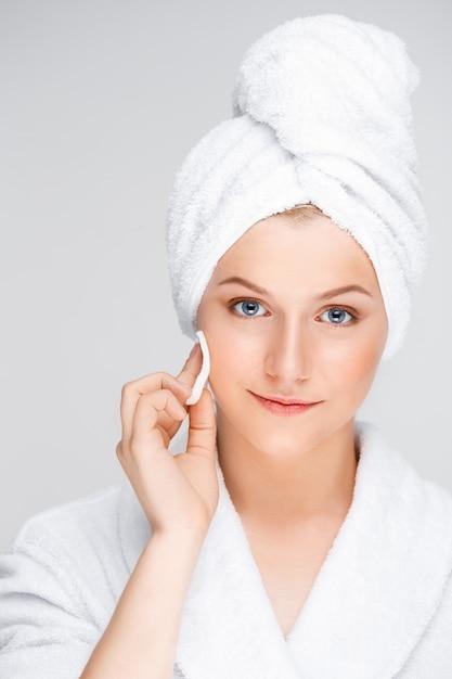 Młoda Kobieta Oczyszcza Twarz Po Makijażu Darmowe Zdjęcia