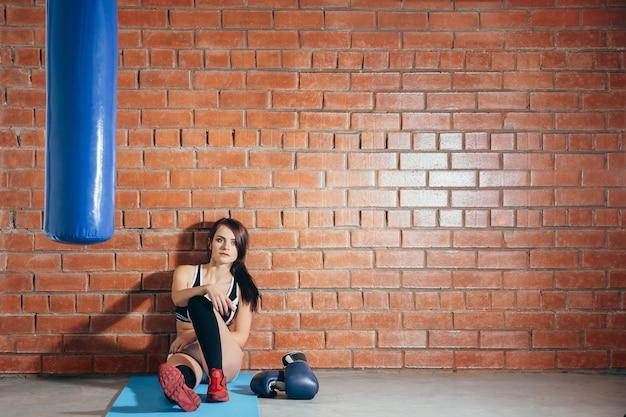 Młoda Kobieta Odpoczywa Po Treningu Na Siłowni Premium Zdjęcia