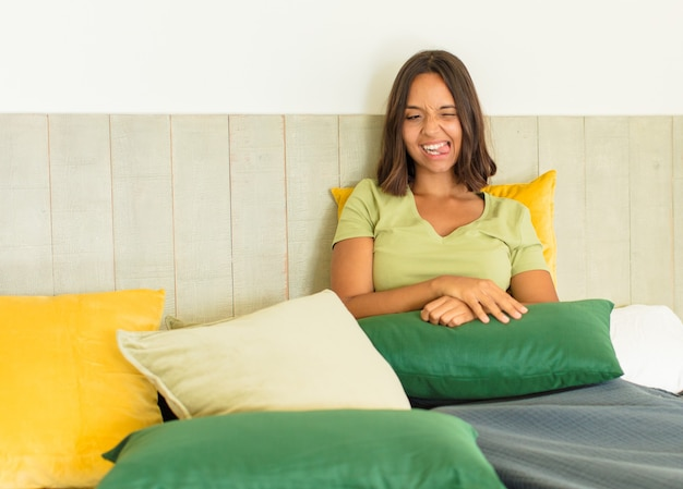 Młoda Kobieta Odpoczywa Premium Zdjęcia