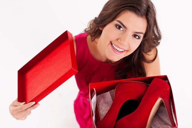 Młoda Kobieta, Otwierając Pudełko Na Buty Darmowe Zdjęcia