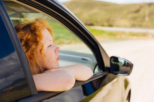 Młoda Kobieta Patrząc Z Okna Samochodu Darmowe Zdjęcia