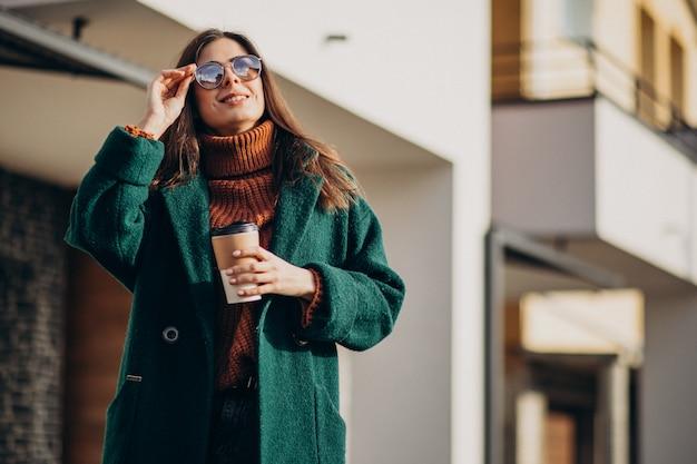 Młoda Kobieta Pije Kawę Domem Darmowe Zdjęcia