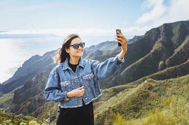 Młoda Kobieta Podróżnik Bierze Selfie Używać Smartphone Premium Zdjęcia