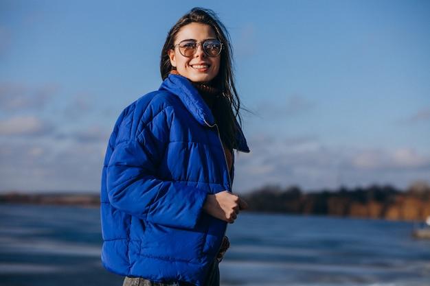 Młoda Kobieta Podróżnik W Niebieskiej Marynarce Na Plaży Darmowe Zdjęcia