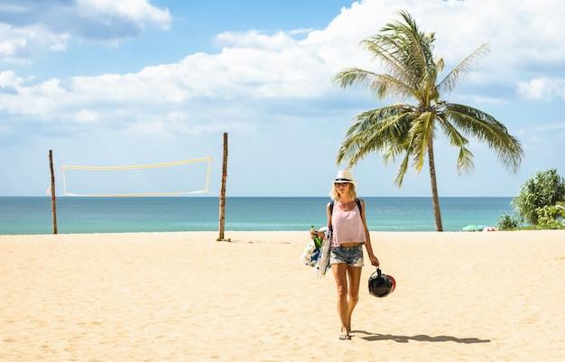 Młoda Kobieta Podróżnika Odprowadzenie Przy Plażą W Tajlandia Premium Zdjęcia