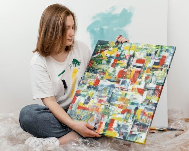 Młoda Kobieta Pokazuje Jej Obraz Darmowe Zdjęcia