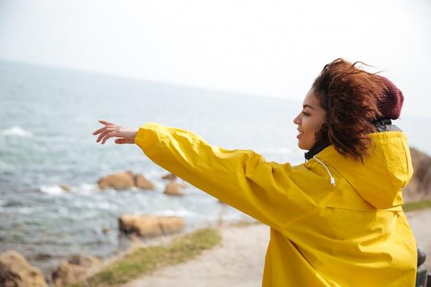 Młoda Kobieta Pokazuje Odległość Darmowe Zdjęcia