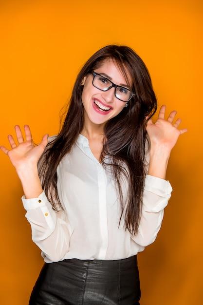 Młoda Kobieta Portret Z Szczęśliwymi Emocjami Darmowe Zdjęcia
