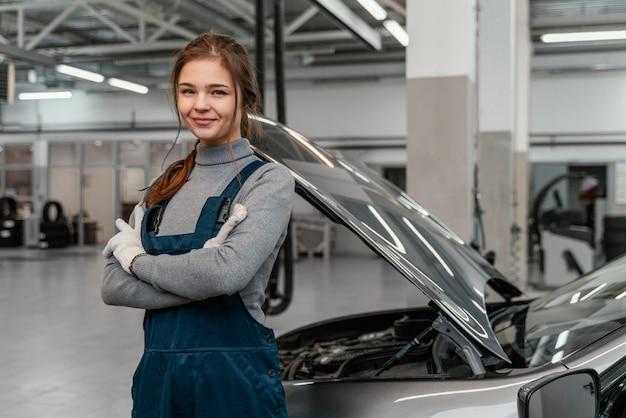 Młoda Kobieta Pracuje W Serwisie Samochodowym Darmowe Zdjęcia