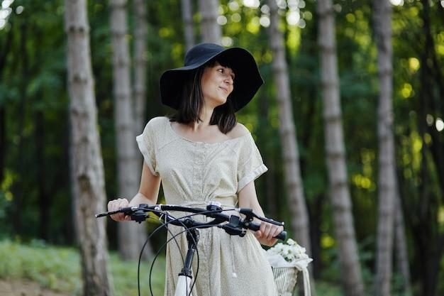 Młoda Kobieta Przeciw Natury Tłu Z Rowerem Darmowe Zdjęcia