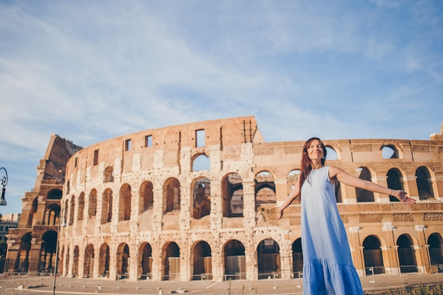 Młoda Kobieta Przed Colosseum W Rome, Italy Premium Zdjęcia