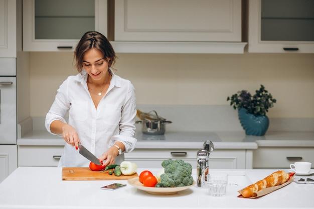 Młoda kobieta przy kuchennym kulinarnym śniadaniem Darmowe Zdjęcia