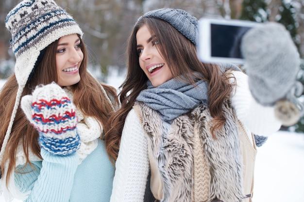 Młoda Kobieta Przy Selfie Zimą Darmowe Zdjęcia
