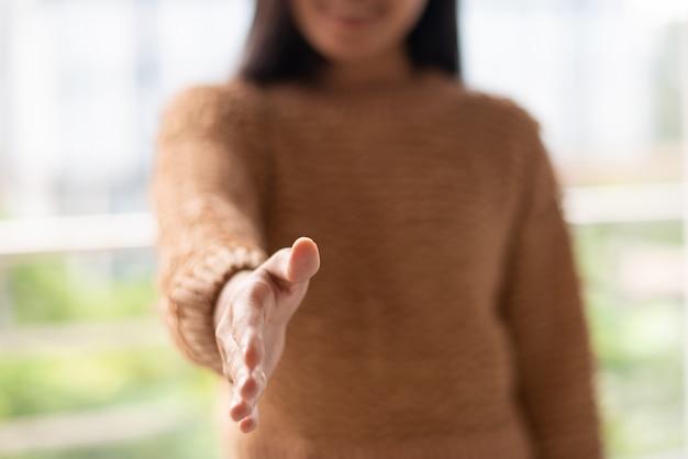 Młoda kobieta przygotowywająca dla współpracy i dosięgająca ręka Darmowe Zdjęcia