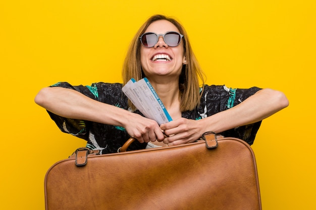 Młoda kobieta przygotowywająca iść na wakacje Premium Zdjęcia