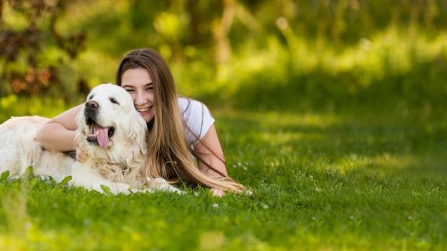 Młoda Kobieta Przytulanie Psa Z Miejsca Na Kopię Darmowe Zdjęcia