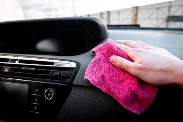 Młoda Kobieta Ręce Odkurzanie Jej Samochodu Różową Szmatką. Premium Zdjęcia