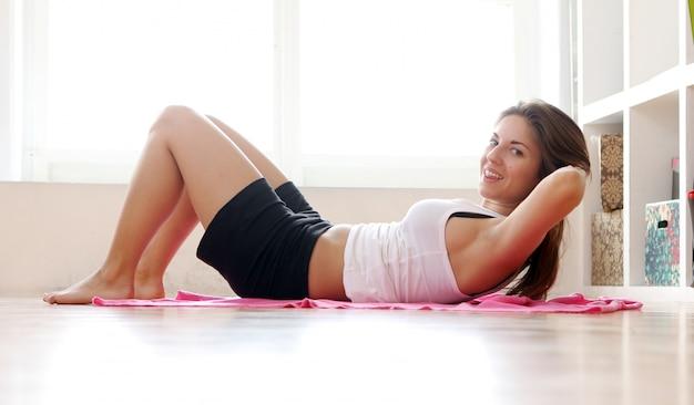 Młoda Kobieta Robi ćwiczenia Gimnastyczne Darmowe Zdjęcia