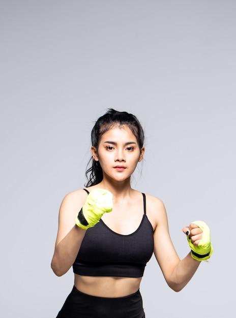 Młoda Kobieta Robi ćwiczenia Z Ubrania Sportowe Premium Zdjęcia