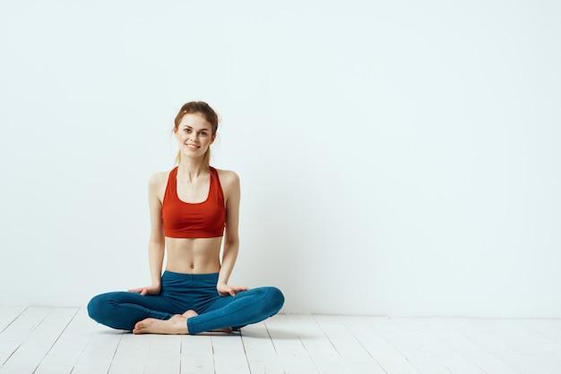 Młoda Kobieta Robi Fitness W Domu, Treningu I Jogi. Premium Zdjęcia