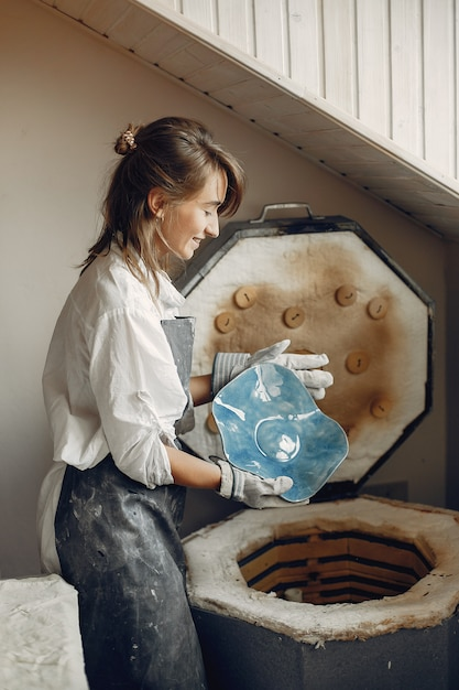 Młoda kobieta robi garncarstwu w warsztacie Darmowe Zdjęcia