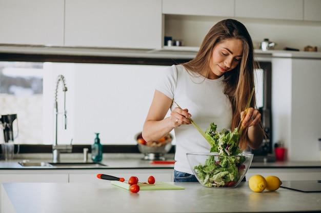 Młoda Kobieta Robi Sałatki Przy Kuchnią Darmowe Zdjęcia