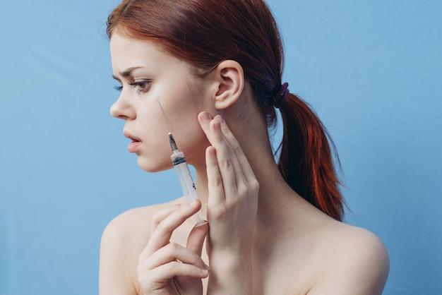 Młoda Kobieta Robi Zastrzyki W Twarz, Zastrzyki Kosmetyczne, Zabiegi Kosmetyczne Premium Zdjęcia
