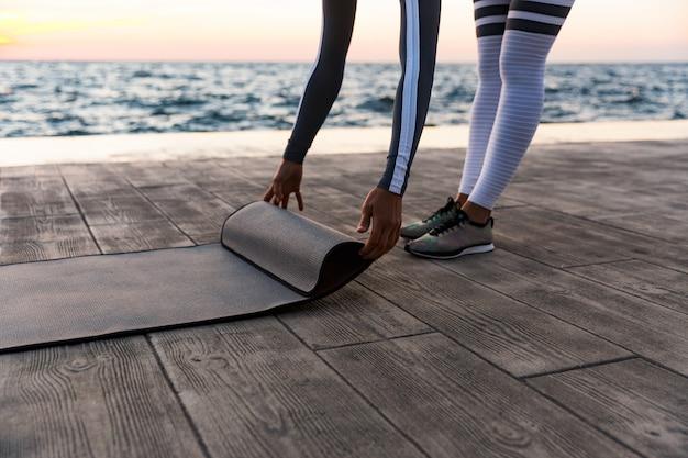 Młoda Kobieta Rozwijająca Się Mata Fitness Premium Zdjęcia