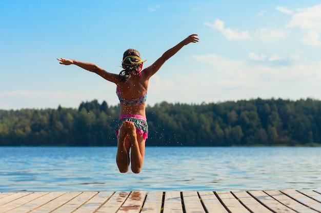 Młoda kobieta, skoki do wody Premium Zdjęcia