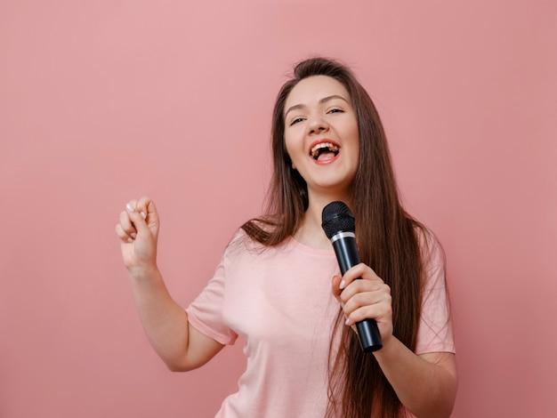 Młoda Kobieta śmieszne Z Mikrofonem W Ręku Premium Zdjęcia
