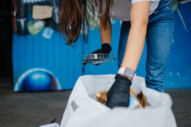 Młoda Kobieta Sortowania śmieci. Pojęcie Recyklingu. Zero Marnowania Darmowe Zdjęcia
