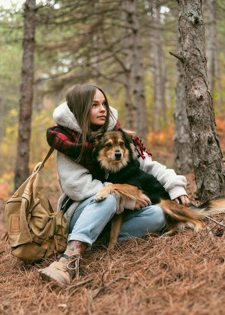 Młoda Kobieta Spędza Czas Z Psem W Lesie Darmowe Zdjęcia