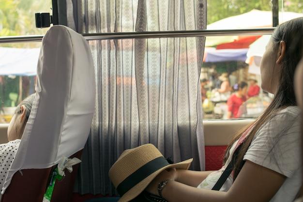 Młoda kobieta śpi w samochodzie turystycznym Premium Zdjęcia