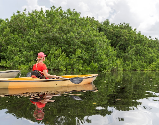 Młoda kobieta spływy kajakowe w parku narodowym everglades Premium Zdjęcia