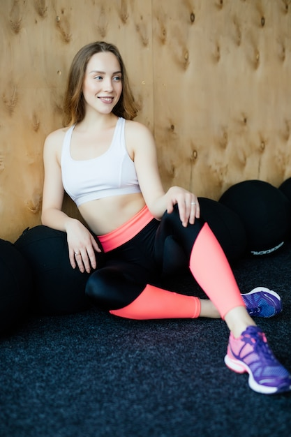 Młoda Kobieta Sportowy Relaks Po Treningu W Siłowni Darmowe Zdjęcia