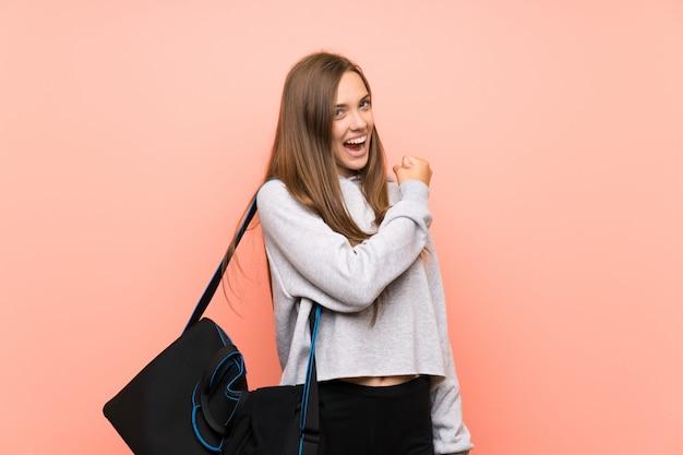 Młoda kobieta sportu na pojedyncze ściany różowy świętuje zwycięstwo Premium Zdjęcia