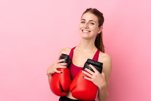 Młoda Kobieta Sportu Na Pojedyncze ściany Różowy Z Rękawice Bokserskie Premium Zdjęcia