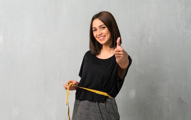 Młoda kobieta sportu z centymetrem Premium Zdjęcia