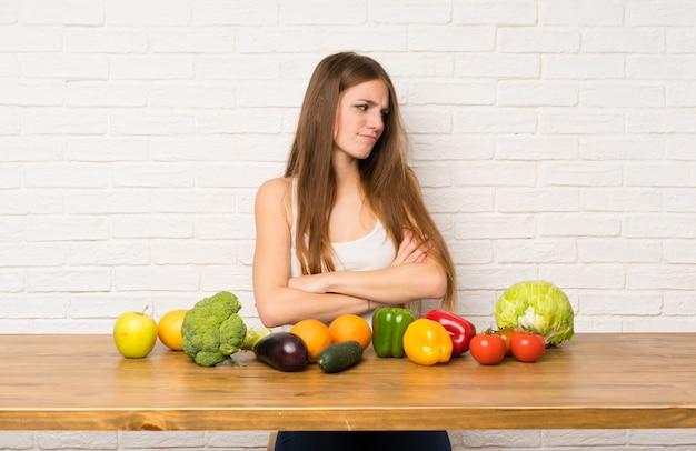 Młoda Kobieta Stoi I Myśleć Pomysł Z Wiele Warzywami Premium Zdjęcia