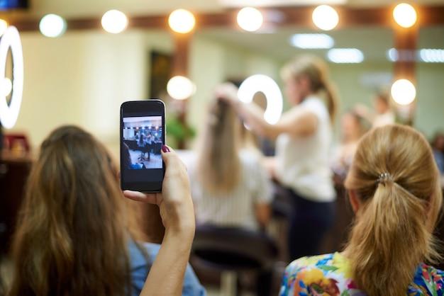 Młoda Kobieta Strzela Trening W Gabinecie Kosmetycznym. Premium Zdjęcia